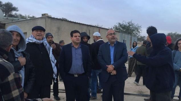 أعضاء من 'القائمة (العربية) المشتركة' وصلوا فجرا في 22 نوفمبر، 2016 إلى قرية أم الحيران تضامنا مع سكانها. من المقرر إخلاء القرية وهدمها. (Joint List Spokesperson)