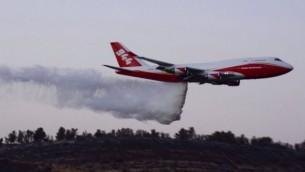 طائرة ال'سوبرتانكر' تساعد في إخماد حريق الأحراش الذي اندلع في نطف، القريبة من القدس، 26 نوفمبر، 2016. (الشرطة الإسرائيلية)