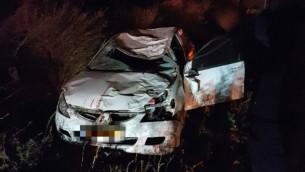 سيارة محطمة جراء إصطدامها بحصان في وسط الضفة الغربية، 28 نوفمبر، 2016، في حادث أسفر عن مقتل شخصين. (Magen David Adom)