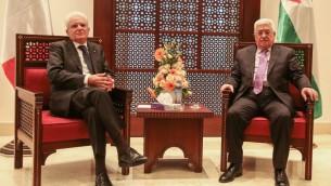 الرئيس الفلسطيني محمود عباس مع نظيره الإيطالي سيرجيو ماتاريلا خلال مؤتمر صحفي مشترك في رام الله، 1 نوفمبر 2016 (Flash90)