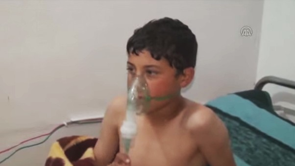 طفل من ضحايا ما يُشتبه بأنه هجوم بغاز الكلور في إدلب، سوريا، في مارس 2015. (لقطة شاشة: YouTube)