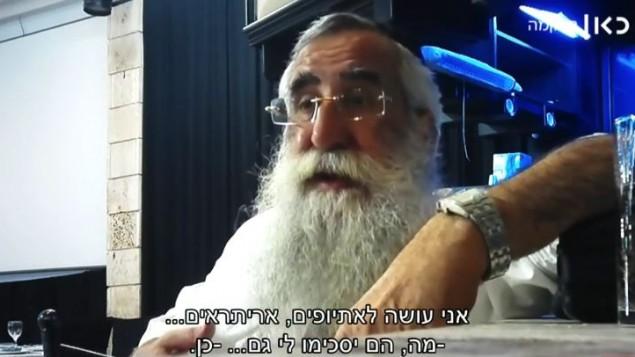 الحاخام إلياهو أسولين، مطهر مؤهل، يقول لصحفي متخفي أن عليه التدرب على إطفال من عائلات من ذوي الدخل المنخفض. (لقطة شاشة: Israeli Public Broadcasting Corporation)