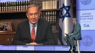 رئيس الوزراء بينيامين نتنياهو، على الشاشة، خلال مقابلة أجراها معه ريتشارد ساندلر في مؤمر الإتحادات اليهودية في أمريكا الشمالية، 15 نوفمبر، 2016. (Ron Sachs)