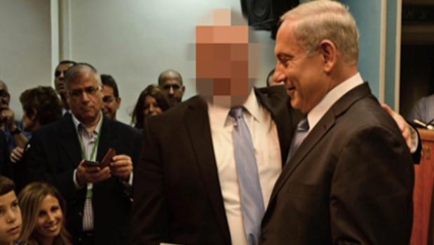 رئيس الوزراء بنيامين نتنياهو مع احد المقربين منه المتهم المتهم بالعنف والاعتداء الجنسي ضد فنانة (Screenshot, Channel 2 News)