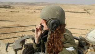 جندية إسرائيلي توجه دبابة في خلال تدريب في 1 يناير، 2013. (Cpl. Zev Marmorstein/IDF Spokesperson's Unit)