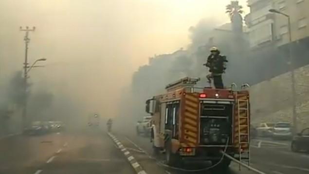 شاحنة اطفاء تحاول اخماد حريق في حيفا، 24 نوفمبر 2016 (screen capture: Channel 10)