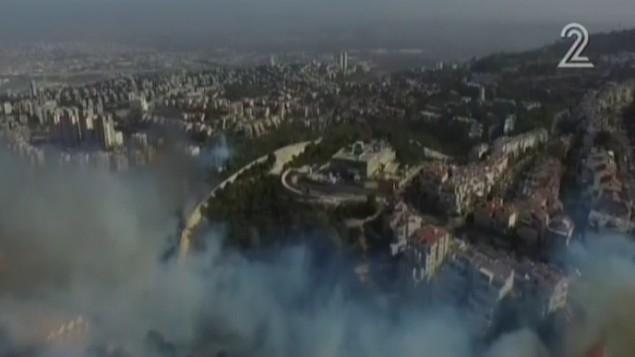 الدخان يتصاعد من حريق بالقرب من حيفا، 24 نوفمبر 2016 (screen capture: Channel 2)