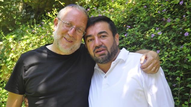 يوسي كلاين هليفي، من اليسار، وعبد الله عنتبلي، مديرا مبادرة القيادة المسلمة. (Netanel Tobias/Shalom Hartman Institute)