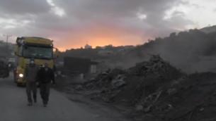 الإدارة المدنية تصادر أخشاب ومعدات من محطات فحم ملوثة للجو بالقرب من مدينة جنين في الضفة الغربية، 17 نوفمبر، 2016. (المتحدث بإسم منسق أنشطة الحكومة في الأراضي)