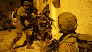جنود إسرائيليون خلال مداهمة في قباطية، القريبة من جنين، في 1 نوفمبر، 2016، في أعقاب هجوم إطلاق نار ضد جنود إسرائيليين بالقرب من رام الله في اليوم السابق. (IDF Spokesperson's Unit)