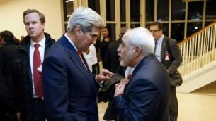 وزير الخارجية الأمريكية جون كيري (من اليسار) يتحدث مع نظيره الإيراني محمد جواد ظريف بعد أن تحقق الوكالة الدولية للطاقة الذرية بأن إيران لبت جمع شروط الإتفاق النووي الذي تم التوصل إليه في يوليو 2015، في فيينا، النمسا، 16 يناير، 2016. (AFP/Kevin Lamarque/Pool)
