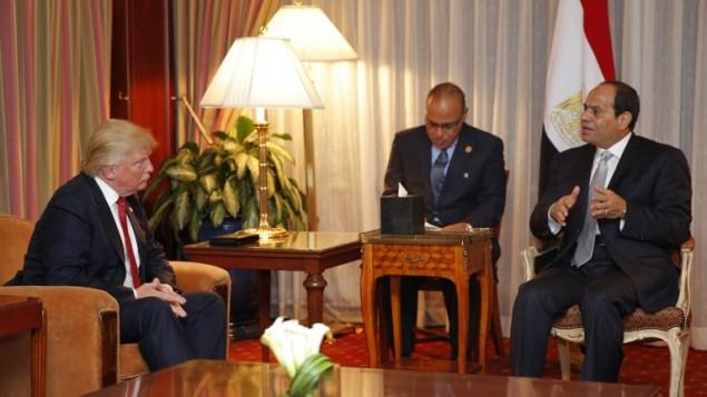 المرشح الجمهوري للرئاسة حينذاك، دونالد ترامب، خلال لقاء مع الرئيس المصري هبد الفتاح السيسي في فندق بلازا، 19 سبتمبر، 2016، في نيويورك. (AFP/Dominick Reuter)