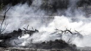 صورة تم التقاطها في 27 نوفمبر، 2016 تظهر الدخان المتصاعد بالقرب من مدينة الخضيرة شمال إسرائيل في أعقاب حريق. (AFP PHOTO / JACK GUEZ)