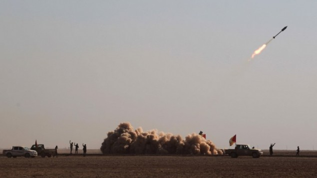 مقاتلون من الحشد الشعبي الشيعي يطلقون صاروخ، جنوب غرب الموصل، 28 نوفمبر 2016 (AHMAD AL-RUBAYE / AFP)