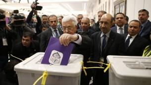 الرئيس الفلسطيني محمود عباس يدلي بصوته في مقر السلطة الفلسطينية في رام الله، 3 ديسمبر 2016 (AHMAD GHARABLI / AFP)