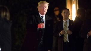 الرئيس الامريكي المنتخب دونالد ترامب يصل حفلة تنكرية اقامها اكبر المتبرعين لحملته في نيويورك، 4 ديسمبر 2016 (EDUARDO MUNOZ ALVAREZ / AFP)