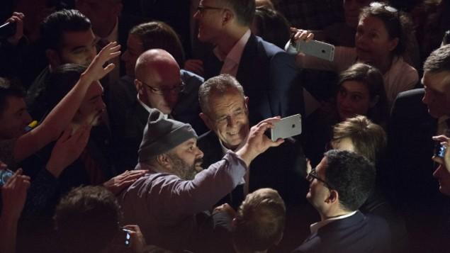 احد داعمي المرشح للرئاسة النمساوية الكسندر فان دير بيلين يلتقط صورة سلفي معه اثناء الاحتفال بعد الانتخابات في فيينا، 4 ديسمبر 2016 (JOE KLAMAR / AFP)