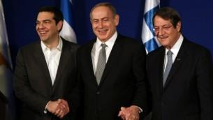 رئيس الوزراء الإسرائيلي بينيامين نتنياهو (وسط الصورة) يستضيف نظيره اليوناني أليكسيس تسيبراس (من اليسار) والرئيس القبرصي نيكوس  أناستاسيادس خلال اجتماع ثلاثي مشترك في القدس لمناقشة مسائل النفط والغاز في شرق البحر الأبيض المتوسط، 8 ديسمبر، 2016. (AFP PHOTO/GALI TIBBON)