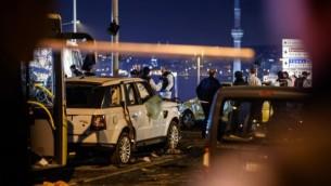 عناصر الشرطة التركية وخبراء التحليل الجنائي في موقع انفجار سيارة مفخخة بالقرب من ملعب نادي بشكتاش لكرة القدم وسط إسطنبول، 10 ديسمبر، 2016. (AFP PHOTO / OZAN KOSE)