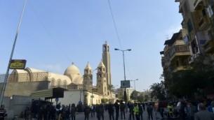 قوات الأمن المصرية تحتشد في موقع إنفجار وقع في الكاتدرائية المرقسية للأقباط الأرثوذكس حي حي العباسية في العاصمة المصرية القاهرة، 11 ديسمبر، 2016. (AFP/KHALED DESOUKI)