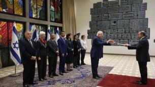 السفير التركي لإسرائيل مكين اوكيم يسلم اوراق اعتماده الى الرئيس الإسرائيلي رؤوفن ريفلين في القدس، 12 ديسمبر 2016 (AFP/ POOL / RONEN ZVULUN)