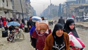 مواطنون سوريون يفرون من العنف في حي بستان القصر ويصلون إلى حب الفردوس في 13 ديسبمر، 2016، بعد أن استعادت قوات النظام السيطرة على المنطقة من قوات المتمردين. (AFP PHOTO / STRINGER)