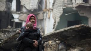 سوريون يفرون من المنطقة التي يسيطر عليها المتمردون في حلب باتجاه الجانب الذي تسيطر عليها القوات الموالية للنظام في 13 ديسمبر، 2016 خلال العملية العسكرية التي تقوم بها قوات النظام السوري لإستعادة السيطرة على المدينة. (AFP PHOTO / KARAM AL-MASRI)