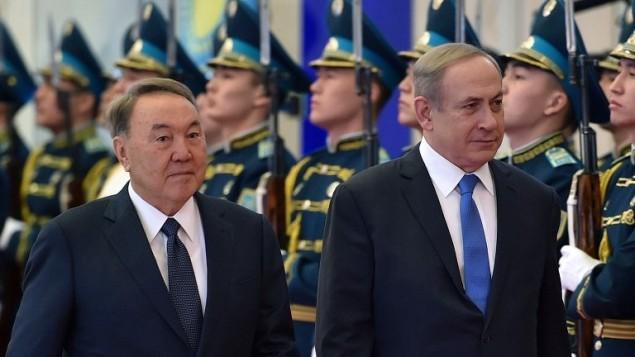 الرئيس الكازاخستاني تور سلطان نزارباييف (من اليسار) ورئيس الوزراء بينيامين نتنياهو (من اليمين) عند مرورهما أمام حرس الشرف خلال لقائهما في أستانا، 14 ديسمبر، 2016. (AFP PHOTO/ILYAS OMAROV)