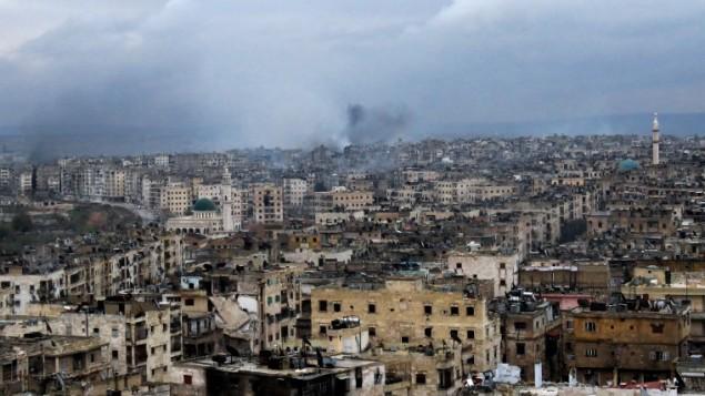 دخان يتصاعد من مباني في حي الزابدية في جنوب شرق حلب بعد غارات جوية لقوات النظام، 14 ديسمبر 2016 (STRINGER / AFP)