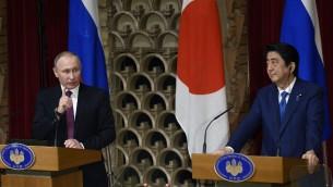 الرئيس الروسي فلاديمير بوتين ورئيس الوزراء الياباني شينزو آبي خلال مؤتمر صحفي مشترك في توكيو، 16 ديسمبر 2016 (FRANCK ROBICHON / POOL / AFP)