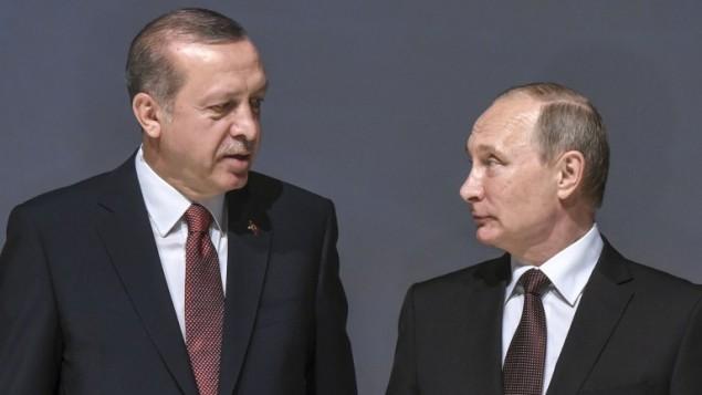 الرئيس التركي رجب طيب اردوغان مع نظيره الروسي فلاديمير بوتين في اسطنبول، 10 اكتوبر 2016 (OZAN KOSE / AFP)
