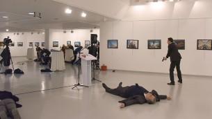 السفير الروسي في انقرة اندريه كارلوف، ملقى على الارض بعد اصابته برصاص مسلح، 19 ديسمبر 2016 (Yavuz Alatan / Sozcu daily / AFP)