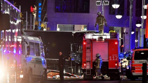 عناصر الشرطة بجانب شاحنة اقتحمت سوقا بمناسبة عيد الميلاد في برلين، ما اسفر عن مقتل تسعة اشخاص على الأقل وجرح عشرات آخرين، 19 ديسمبر 2016 (AFP PHOTO / John MACDOUGALL)