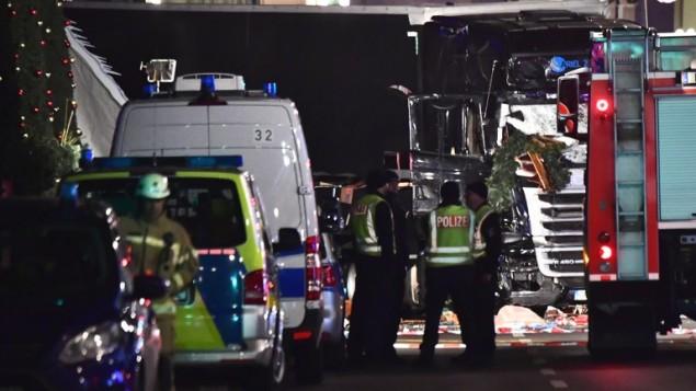 الشرطة تعاين  شاحنة اقتحمت سوقا ميلادية في برلين، ما اسفر عن مقتل تسعة أشخاص على الأقل وجرح عشرات آخرين، 19 ديسمبر 2016. (AFP PHOTO / John MACDOUGALL)