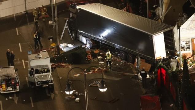السلطات تعاين  شاحنة اقتحمت سوقا ميلادية في برلين، ما اسفر عن مقتل تسعة أشخاص على الأقل وجرح عشرات آخرين، 19 ديسمبر 2016.  (AFP PHOTO / Odd ANDERSEN)