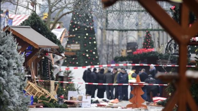 عناصر الشرطةفي سوق عيد ميلاد في برلين اقتحمته شاحتة، ما ادى الى مقتل عدة اشخاص واصابة العشرات، 20 ديسمبر 2016 (TOBIAS SCHWARZ / AFP)