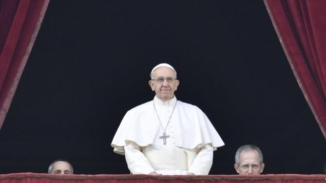 البابا فرنسيس يطل على ساحة القديس بطرس في الفاتيكان خلال عظته التقليدية في عيد الميلاد، 25 ديسمبر 2016 (AFP Photo/Andreas Solaro)