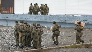 قوات الجيش الروسي على شاطئ البحر الاسود يوما بعد سقوط طائرة عسكرية روسية، 26 ديسمبر 2016 (YEKATERINA LYZLOVA / AFP)