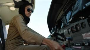 اول امرأة طيارة افغانية، نيلوفر رحماني، داخل طائرة حربية افغانية في كابول، 25 ابريل 2015 (SHAH MARAI / AFP)