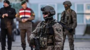 القوات الخاصة التركية بجانب المحكمة مع وصول مركبة تنقل سجناء، 27 ديسمبر 2016 (OZAN KOSE / AFP)