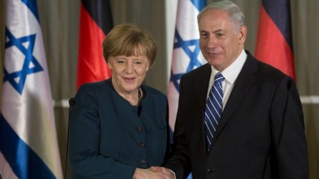 المستشارة الألمانية أنغيلا ميركل تصافح رئيس الوزراء بينيامين نتنياهو بعد وصولها إلى القدس، 24 فبراير، 2014. (Sebastian Scheiner/AFP)