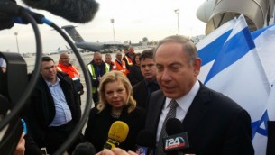 رئيس الوزراء بينيامين نتنياهو يتحدث للصحافيين قبل إنطلاقه في زيارة لمدة يومين إلى أذربيجان وكازاخستان، 13 ديسمبر، 2016. (Times of Israel/Raphael Ahren)