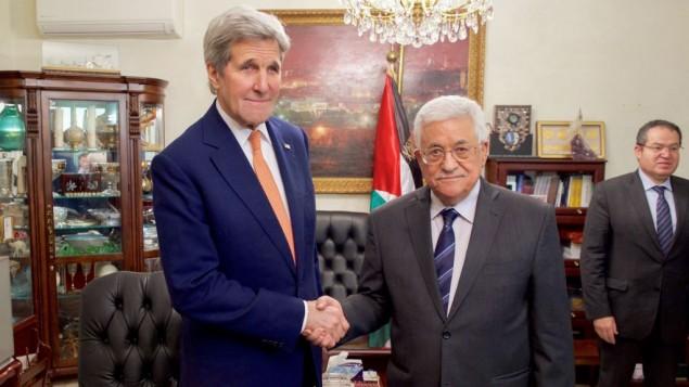 وزير الخارجية الأمريكي جون كيري (من اليسار) يصافح رئيس السلطة الفلسطينية محمود عباس في 21 فبراير، 2016، في عمان، الأردن. (US State Department)