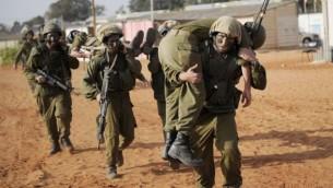 جنود إسرائيليون يشاركون في تدريبات، 26 أكتوبر، 2010.(Michal Shvadron / IDF spokesperson / FLASH90)