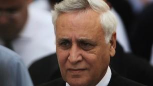 الرئيس السابق موشيه كتساف يخرج من المحكمة العليا في القدس، نوفمبر 2011 (Kobi Gideon/Flash90)