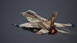 صورة للتوضيح: طائرة مقاتلة إسرائيلية من طراز 'اف-16 دي'، 28 يونيو، 2010. (Ofer Zidon/Flash90)