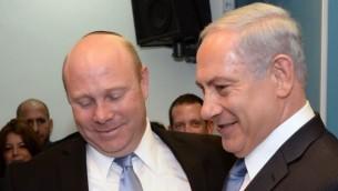 رئيس الوزراء بينيامين نتنياهو ورئيس طاقم موظفيه السابق، غيل شيفر، خلال حفلة وداع على شرف شيفر في ديوان رئيس الوزراء في القدس، 9 مايو، 2014. (Kobi Gideon/GPO/Flash90)