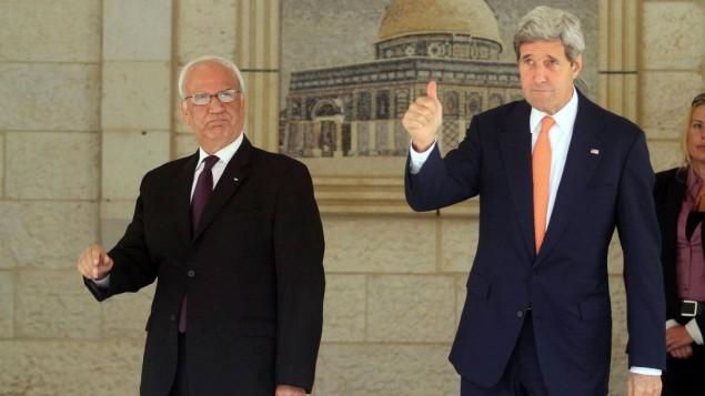 وزير الخارجية الأمريكي جون كيري وكبير المفاوضين الفلسطينيين صائب عريقات في المجمع الرئاسي في مدينة رام الله بالضفة الغربية، 23 يوليو 2014 (Issam Rimawi/Flash90)