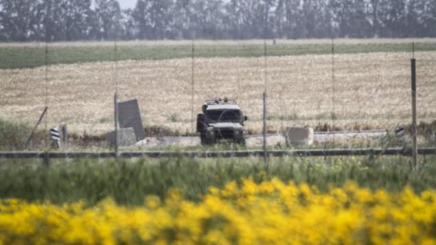 مركبة عسكرية إسرائيلية تقف على أهبة الإستعداد بالقرب من الحدود بين إسرائيل وقطاع غزة، 30 مارس، 2015. (Abed Rahim Khatib/Flash90)
