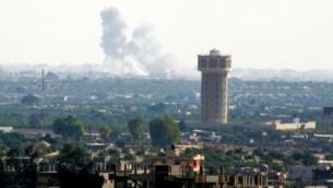 تصاعد الدخان بعد غارة جوية في مدينة رفح في سيناء كما يظهر من قطاع غزة، 1 يوليو، 2015.  (Abed Rahim Khatib /Flash90)